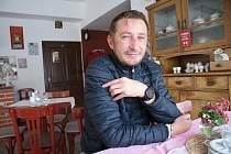 Postupně představujeme provozovatele restaurací na Českokrumlovsku, na snímku je Kamil Vonc v kavárně Pod Věží v Kaplici.