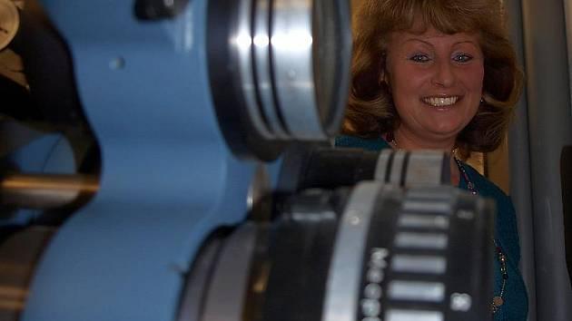 Ředitelka KIC Velešín Hana Růžičková ukazuje duše místního kina – dvě promítačky celuloidových filmů, které ve šrotu neskončí ani po plánované digitalizaci biografu.