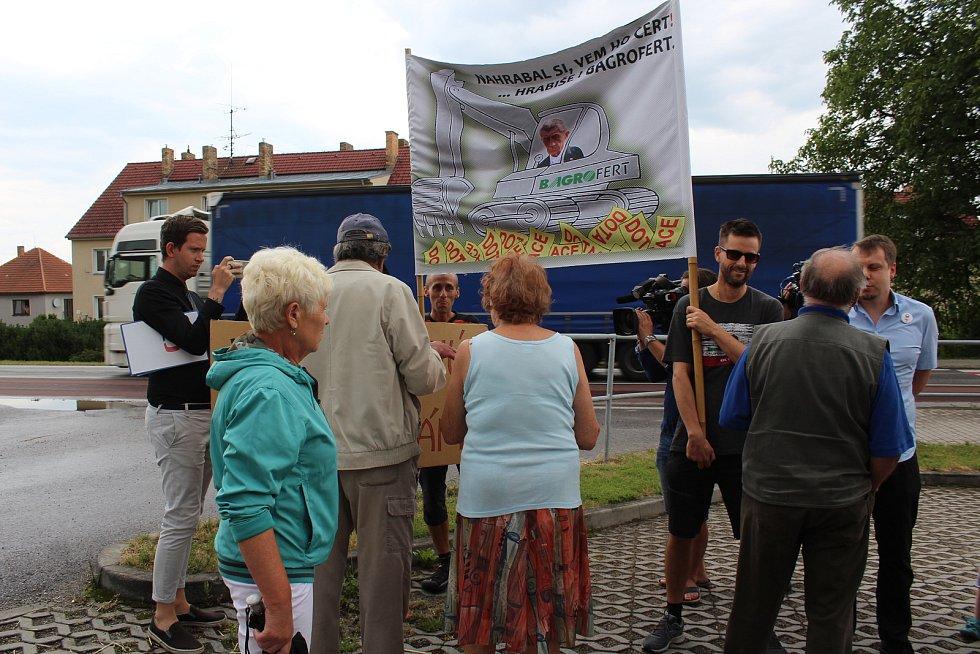 Občané Netřebic, kteří přišli pozdravit premiéra Babiše, nesli nelibě, když se před školkou objevilo sedm jeho odpůrců s transparenty.