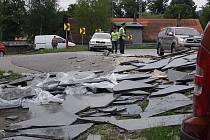 K tragédii chyběl v nebezpečné zatáčce v Kaplici Nádraží často jen krůček. Naposledy se tady tento týden vysypaly z kamionu těžké mramorové desky.
