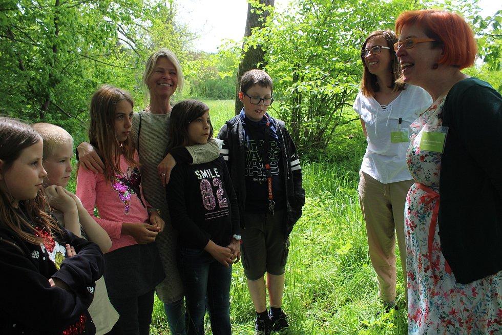 U Běleňské lípy se setkali zástupci Nadace Partnerství s těmi, kdo ji nominovali. Tedy s žáky a družinářkou ZŠ Rožmitál na Šumavě.