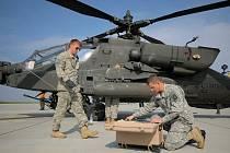 Vedle letounů, které se účastnily i předchozích cvičení se letos zapojilo i šest amerických bitevních vrtulníků AH-64 Apache (na snímku).