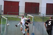 Fotbalisté Dolního Dvořiště (v bílém) v 10. kole I. B třídy porazili béčko Trhových Svinů přesvědčivě 5:1, když všechny góly vstřelili už v první půli.