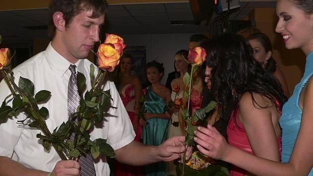Karel Berg z Dětského domova v Horní Plané předává modelkám květiny.
