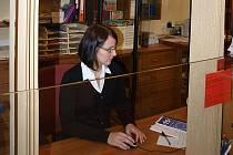 Pracovnice infocentra Petra Průšová (na snímku) v těchto dnech se svými kolegyněmi obsluhuje nejčastěji Angličany, Australany nebo Japonce.