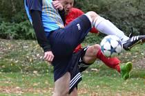 Větřínský trenér Zbyněk Ginzel (v pozadí, na snímku z vítězného utkání v Sedlci v tvrdém souboji s domácím Holbou) už nechtěl v této sezoně zasahovat do hry, ale zranění obránců ho donutila znovu nastoupit.