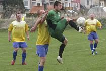 Největší problémy křemežské obraně dělal dobrovodský špílmachr Jan Kovačičín (u míče před Karlem Čondlem).