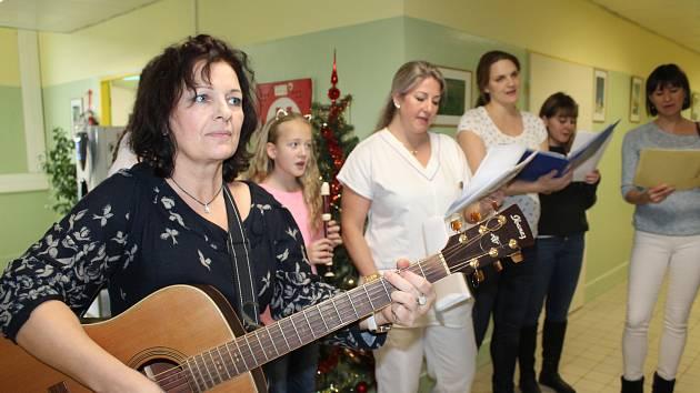 Lékaři a sestry českokrumlovské nemocnice a jejich potomci zpívali svým kolegům i pacientům koledy.