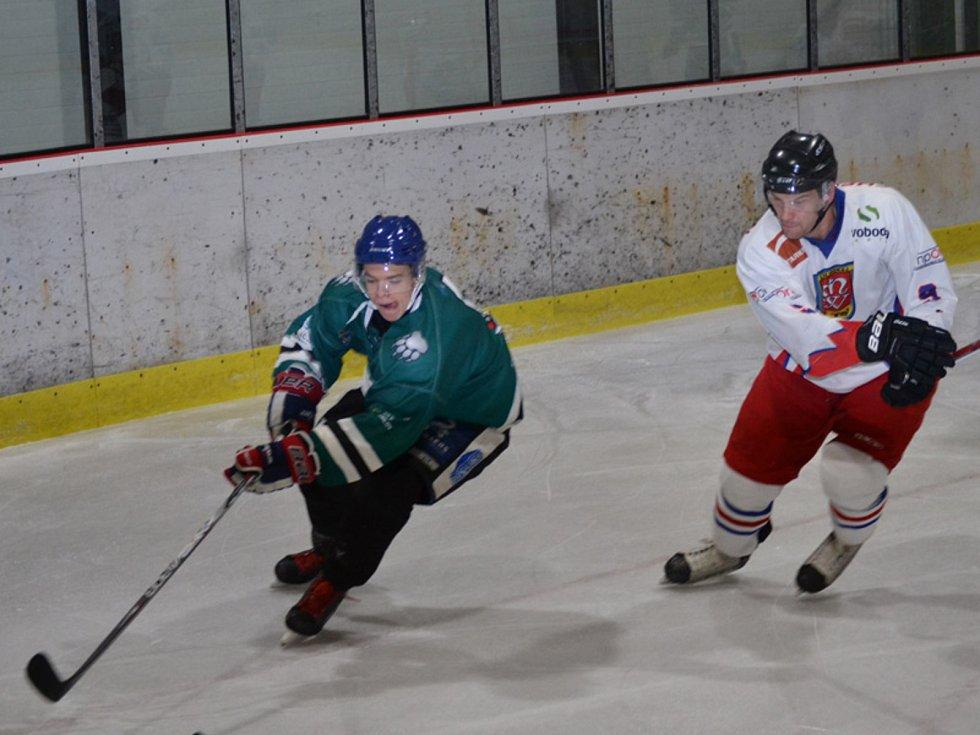 KL muži – 10. kolo: HC Slavoj Český Krumlov (zelené dresy) – SK Telč 3:2 (1:0, 1:1, 1:1).