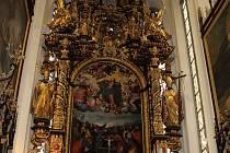 Hlavní raně barokní oltář v opatském chrámu Nanebevzetí Panny Marie ve vyšebrodském klášteře se zlatě  blýská novotou.