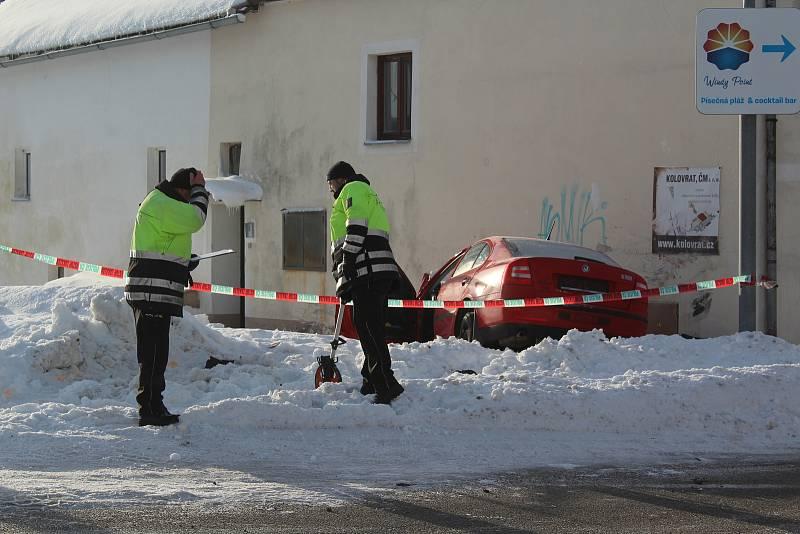 Osobní auto narazilo ve čtvrtek 7. února ráno do domu v Černé v Pošumaví.
