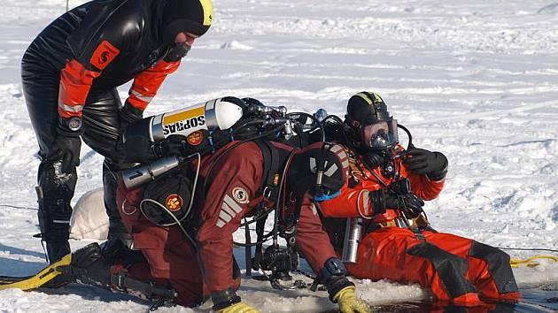 Českokrumlovští potápěči ohledali místo, kam se automobil ponořil, vyprostili z vozu utonolou oběť fingovaného neštěstí, kterou představovala figurína, a následně ještě připravili automobil k vytažení.