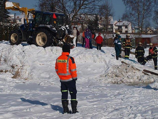 Potopený automobil vytáhl z ledových vod Lipna traktor.