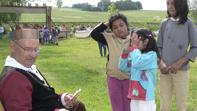 Děti se snažily, pomocí plnění různých úkolů,  vyléčit nemocné království.