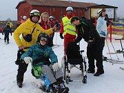 Den s handicapem na Lipně, kde na sjezdovkách leží navzdory téměř jarnímu počasí stále dost sněhu, přilákal rodiny z celého kraje.
