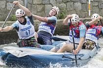 Posádka TR Envy Hanace v čele s krumlovským mladíkem Antonínem Halešem (vlevo) si účast na juniorském MS v raftingu vybojovala i při letošních nominačních závodech na kanálu v pražské Tróji (na snímku).