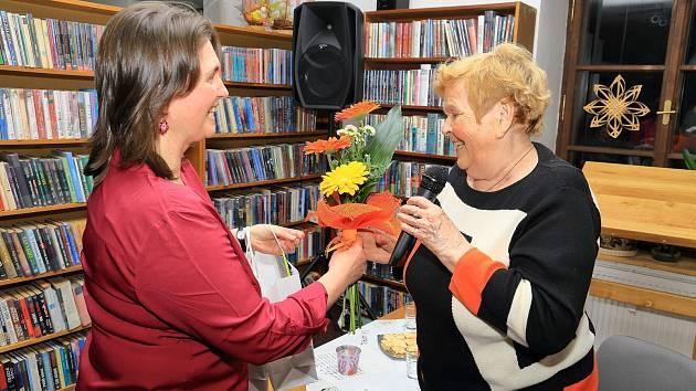 Pěkný večer strávili návštěvníci při besedě se spisovatelkou a herečkou Ivankou Devátou v benešovské knihovně.