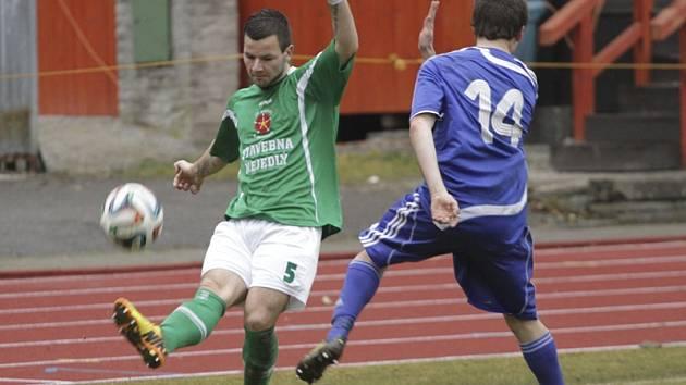Teprve druhou jarní trefu slavili fotbalisté krumlovského Slavoje, když obránce Jakub Kabele (na snímku) při derby na jindřichohradeckém trávníku vzal na sebe zodpovědnost a ve 40. minutě dal z penalty první mistrovský gól v zelenobílém dresu.