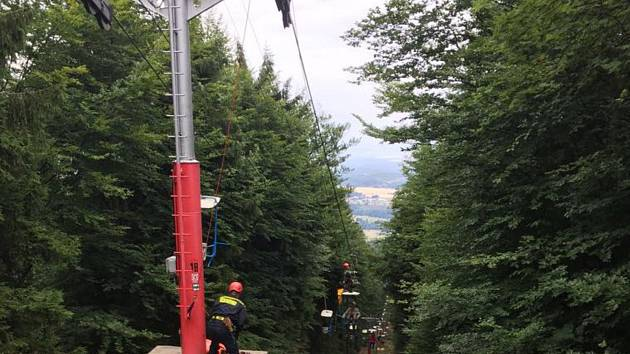 Lanovka na Kleť se zastavila, zasahují hasiči.
