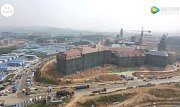 Repliku Českého Krumlova staví podle serveru CNBC ve svých nových prostorách firma Huawei.