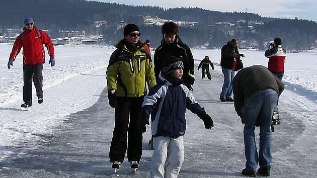 Tuto zimu už si lidé na lipenské dráze nejspíše nezabruslí. I tak jich to letos stihlo takřka 40 tisíc a to rozhodně není málo.