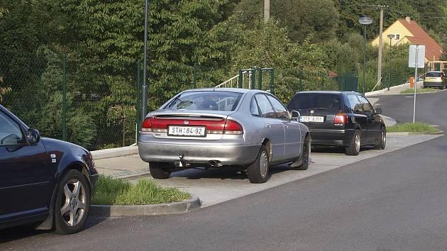 Ostrůvky lemované obrubníky, které oddělují parkovací místa v kaplické Pobřežní ulici, se staly pastí pro vozidla zimní údržby.