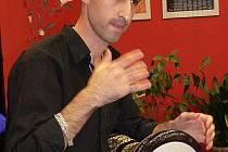 Annas Younis zdůrazňuje, že při hře na arabský buben musí být muzikant zcela uvolněný a v pohodě. Pokud se mu to nepodaří, nikdy na ni nezahraje dobře.