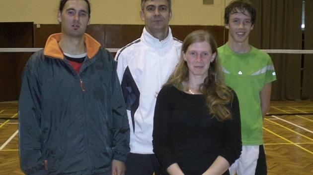 Čtveřice badmintonistů křemežského Sokola, která při krajském turnaji dospělých ovládla všechny disciplíny. Na snímku zleva: Petr Pirtyák, Michal Koudelka, Martina Weberová a teprve šestnáctiletý překvapivý vítěz mužské dvouhry Jindřich Kukač.