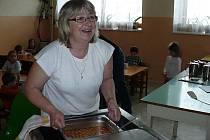 Hurá, bašta jede! Takto kuchařka Oldřiška Návratilová přiváží a servíruje dětem z mateřské školky všechny dobroty.