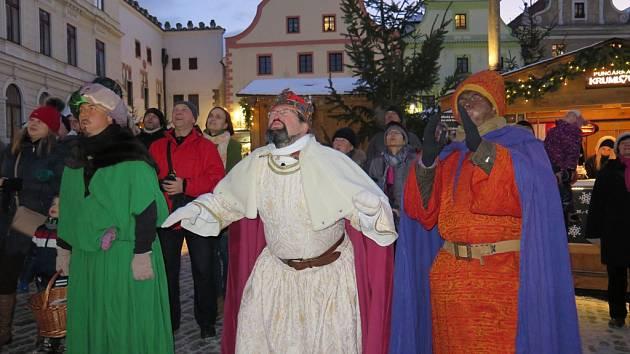 Tři králové v Českém Krumlově sfoukli vánoční strom na náměstí.