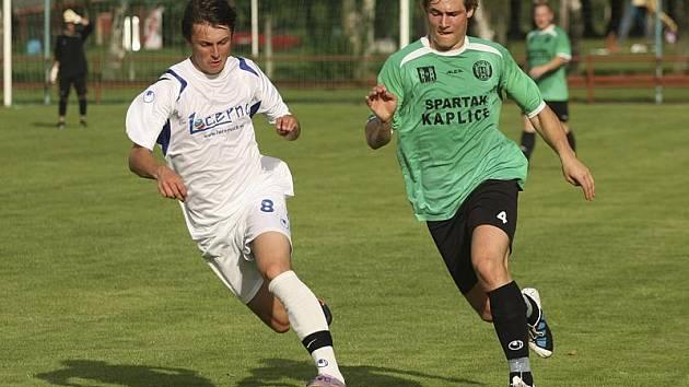 Na první trefu v dresu kaplického Spartaku nezapomene obránce Josef Gondek (vpravo, v souboji se Syrovátkou), který ve 29. minutě otevřel skóre přímo z rohu.