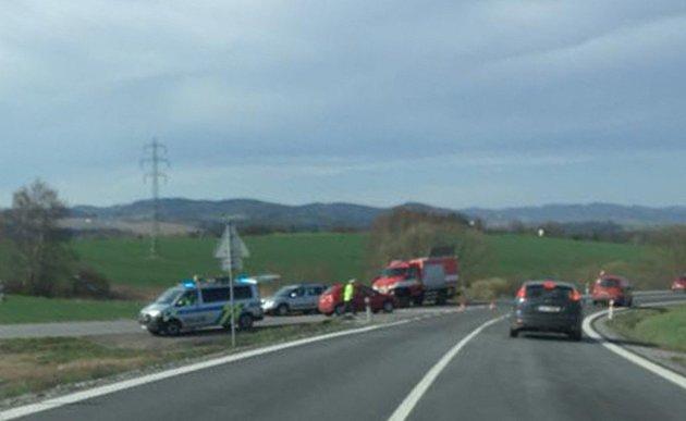 U odbočky na Římov na silnicei I/39 je nehoda, srážka motorky s autem.