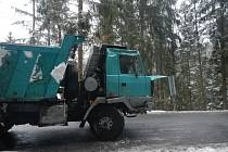Nákladní auto skončilo na boku v příkopu nedaleko Loučovic.