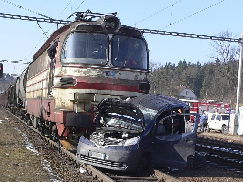 Únorovou nehodu na železničním přejezdu v Kaplici Nádraží si jistě ještě každý pamatuje. Tehdy pod vlak v autě naloženém kotci se psy vjeli  muž a žena. Utrpěli těžké zranění.