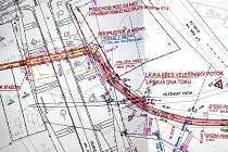 Pracovní studie naznačuje, v jakých místech budou pěší i chodci překonávat silnici E 55 ve Velešíně (v mapě na levé straně s označením Silnice I/3). Žlutý pás naznačuje trasu podchodu, červený znázorňuje trasu budoucí cyklostezky.