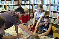 Uvnitř v knihovně si děti vyrábějí různé keltské amulety či jiné výrobky. Do přírody pak vyrážejí za plněním úkolů na dobrodružných trasách, které jim knihovnice připravily.