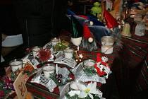 Zpívání u vánočního stromu v Dolním Třeboníně a setkání sousedů.