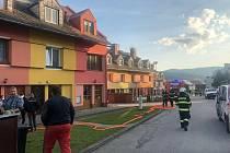 Obyvatele Chvalšin vyděsil unikající plyn. Hasiči zahájili evakuaci čtyř bytovek.