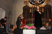 Koncert Jany Kirschner s kapelou v českokrumlovské Synagoze.