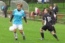 Výborný zápas v Hradci odehrála den před svými narozeninami Markéta Bartoníčková (u míče, na snímku z domácího duelu s VS Plzeň), která byla jednoznačně nejlepší hráčkou na trávníku.
