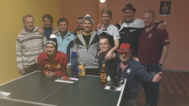 Přátelským kláním ve své krásetínské herně napsali křemežští tabletenisté tečku za sezonou (vítězný Jan Cipín v popředí vlevo).