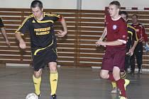 Kapitán Bombarďáků Radek Soukup (u míče) měl v zápase s Poličkou na noze rozhodnutí, ale z penalty orazítkoval jen tyč.