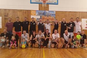 Tradiční turnaj čtvrtí zakončil basketbalovou sezonu v Kaplici. Tentokrát se utkali hráči žijící ve městě s dojíždějícími a z výhry 65:63 se radovali přespolní.
