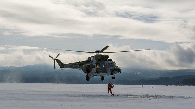 Záchranáři tahali lidi z díry v ledu s pomocí vrtulníku