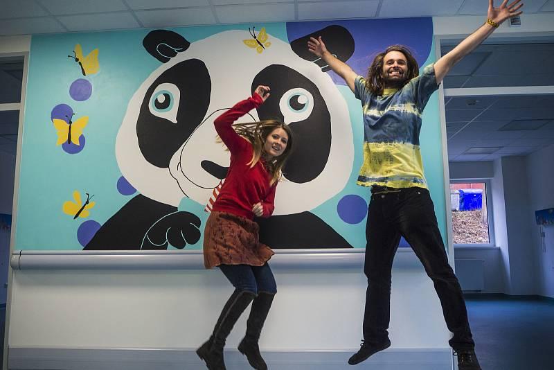 Umělci Raimonda Kielaitė a Milan Prokeš prozářili svými obrázky dětské oddělení krumlovské nemocnice.