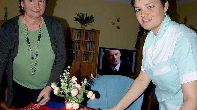 Ředitelka hornoplánského domova důchodců Renata Březinová (vlevo) a zdravotnice Markéta Mrázová prostírají seniorům k obědu. Ubrusy na stolech v jídelně přitom dříve v domově běžné nebyly.