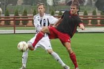 Tři body pro hostující budějovickou Slávii trefil Pavel Mizera (na snímku si kryje míč před kaplickým Markem Hamim) a spartakovci stejně jako na podzim padli 0:1.