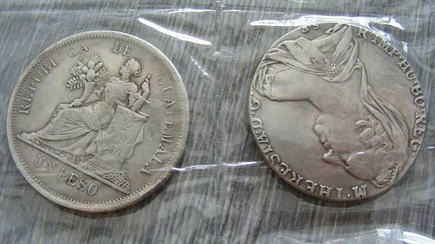 Některé z falešných mincí, za něž majitelka zlatnictví v Českém Krumlově zaplatila 20 tisíc korun.
