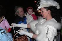 Zimní královna rozsvítila v Mojném vánoční strom a přítomné děti obdarovala drobnými dárky.
