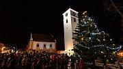 Slavnostní rozsvícení vánočního stromu ve Velešíně o první adventní neděli.